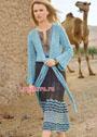 Жакет яркого голубого цвета с запáхом и юбка с выразительным волнистым бордюром. Спицы