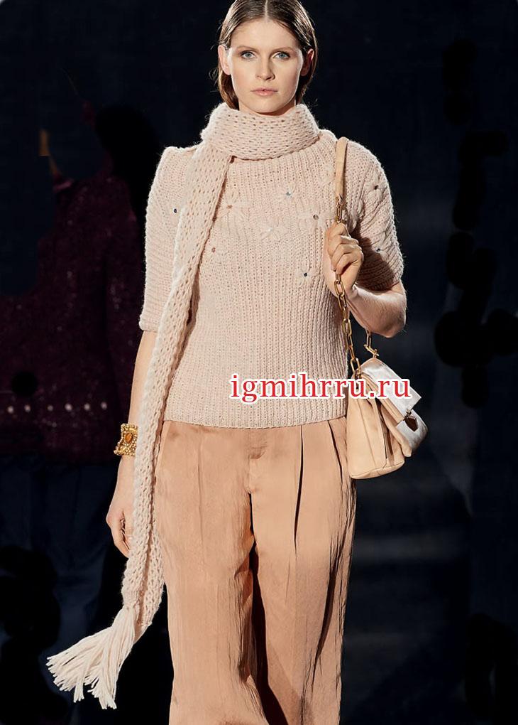 Пуловер цвета пудры с вышитыми цветами, дополненный длинным шарфом. Вязание спицами