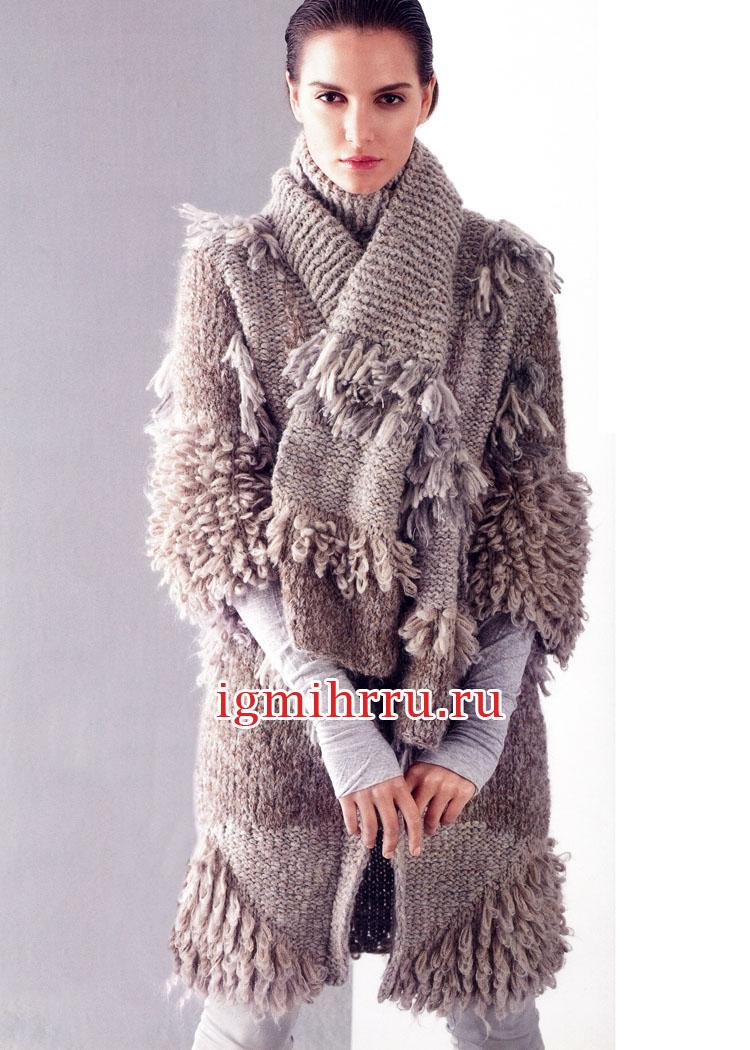 серо бежевое пальто с меховой отделкой и шарф с бахромой вязание