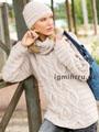 Светло-бежевый комплект с косами и рельефными полосками: свитер и шапочка. Спицы