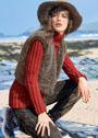 Эффектный ансамбль: красный пуловер с высоким воротником и меховой коричневый жилет. Спицы