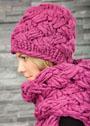 Яркий комплект с плетеным узором: шапка и шарф. Спицы