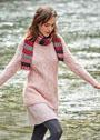 Удлиненный розовый пуловер с узором из кос и разноцветный шарф. Спицы