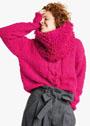 Ярко-розовый пуловер с крупной косой, дополненный меховым снудом. Спицы