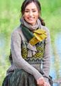 Пуловер с широкой жаккардовой вставкой, дополненный шарфом с разноцветными полосами. Спицы