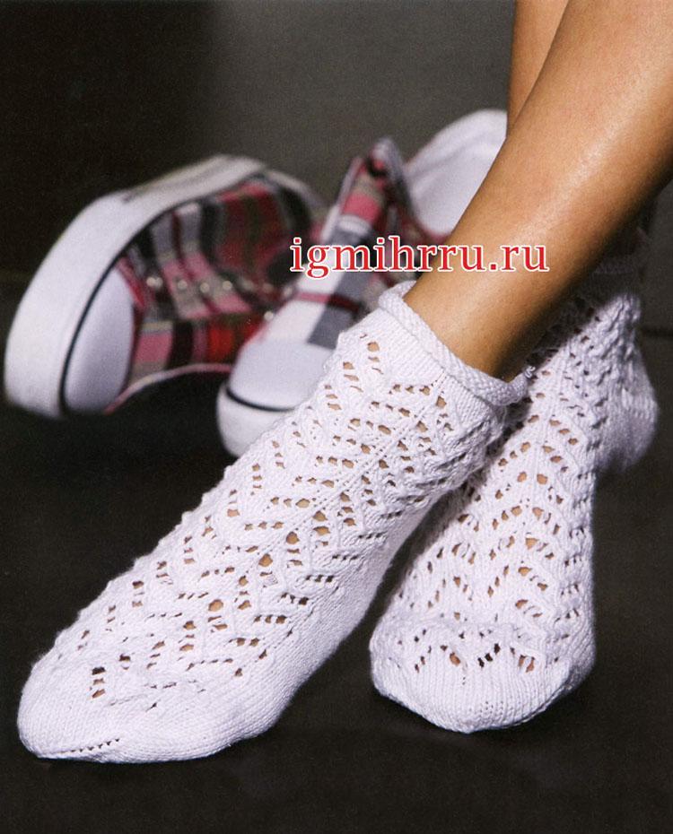 Белые носки с ажурным узором. Вязание спицами