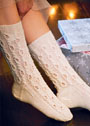 Светлые носки с ажурным узором. Спицы