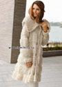Теплое белое пальто со вставками из пряжи, имитирующей овечий мех. Спицы