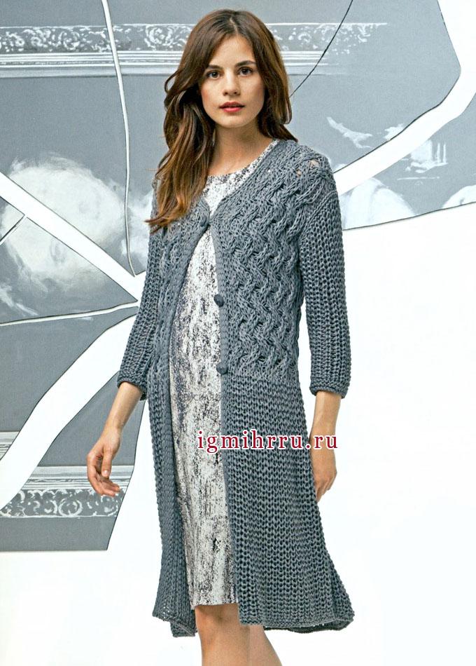 Серое весенне-летнее пальто с плетеным узором. Вязание спицами