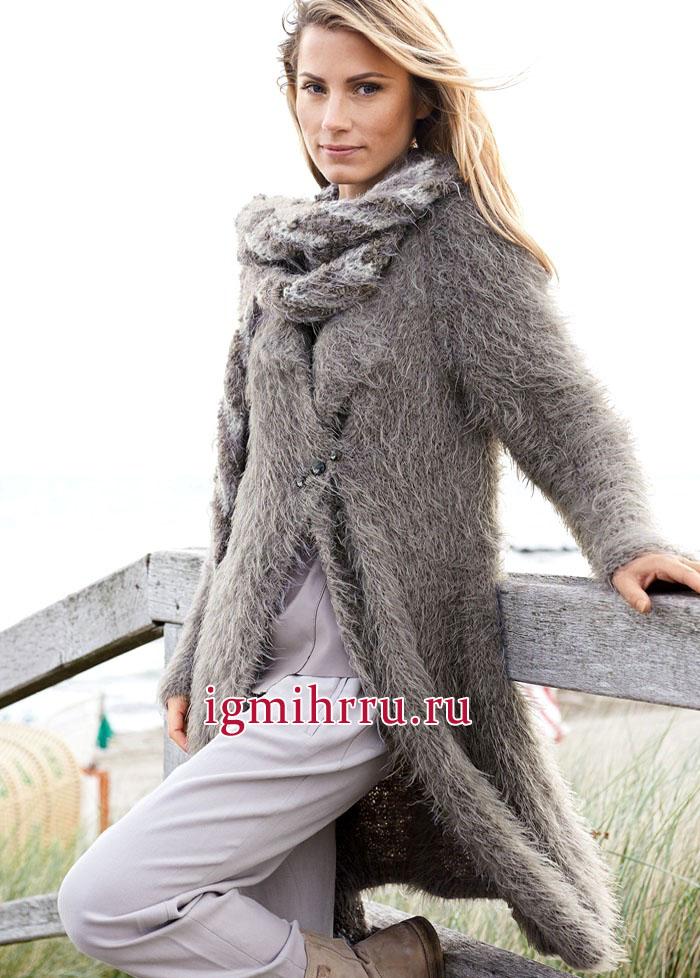 Мягкое комфортное пальто из пушистой серо-коричневой пряжи. Вязание спицами