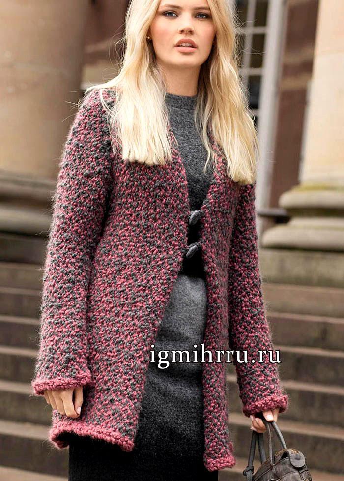 Розово-серое теплое пальто из объемной пряжи-букле. Вязание спицами