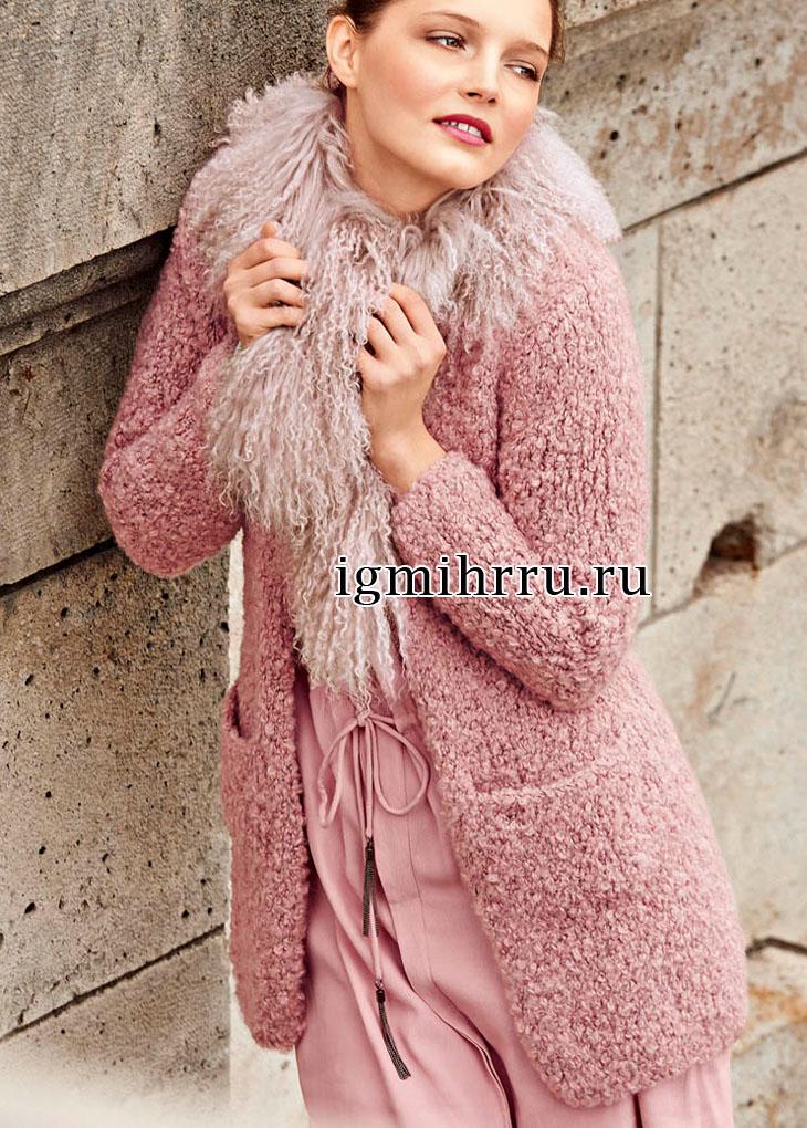 Короткое розовое пальто из плюшевой пряжи. Вязание спицами
