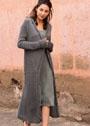 Длинное пальто с сетчатым узором и косами. Спицы