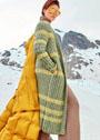 Длинное зеленое пальто с желтыми полосами. Спицы