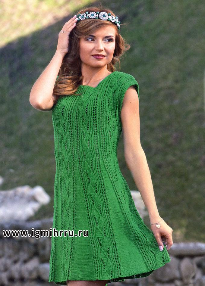 Зеленое расклешенное платье с ажурными дорожками. Спицы