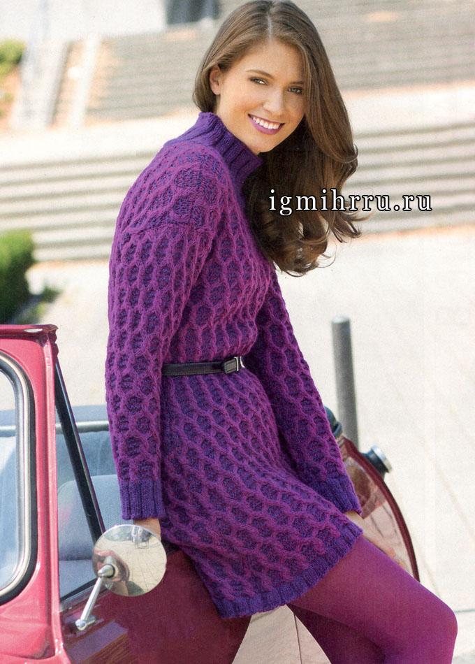 Теплое двухцветное платье с узорами из сот и кос. Спицы