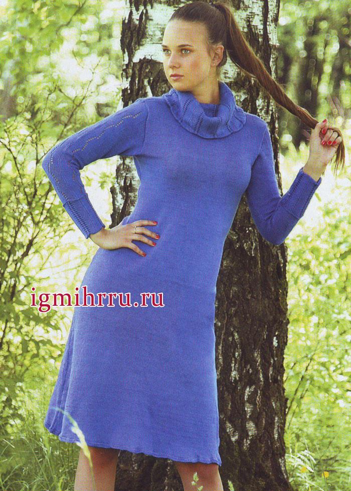 Синее платье из хлопковой пряжи с рукавами и воротником, украшенными ажурными и зигзагообразными узорами. Вязание спицами