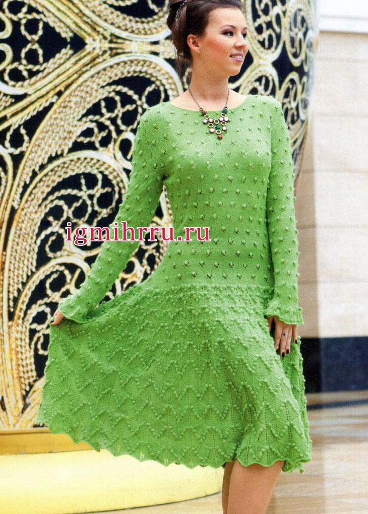Зеленое расклешенное платье с фантазийными узорами из «шишечек». Вязание спицами