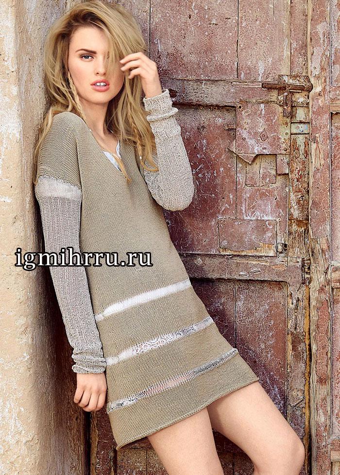 Простое удобное платье, украшенное блестящими полосками из вытянутых петель. Вязание спицами