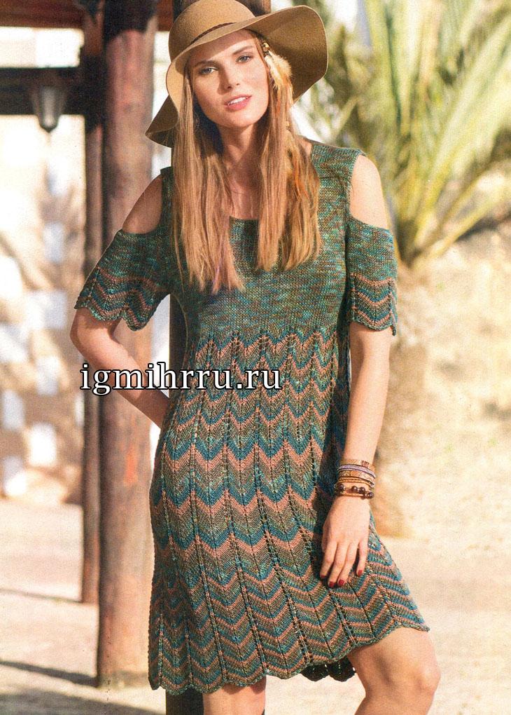 Летнее платье с разноцветным волнистым узором и разрезами на рукавах. Вязание спицами