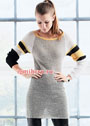 Короткое простое платье-реглан с полосками на рукавах. Спицы