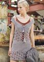 Платье с полосами ажурного узора и глубоким вырезом. Спицы
