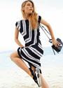 Платье с черно-белыми полосами, связанными в разных направлениях. Спицы