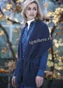 Синяя шерстяная накидка-шарф, связанная платочной вязкой. Спицы