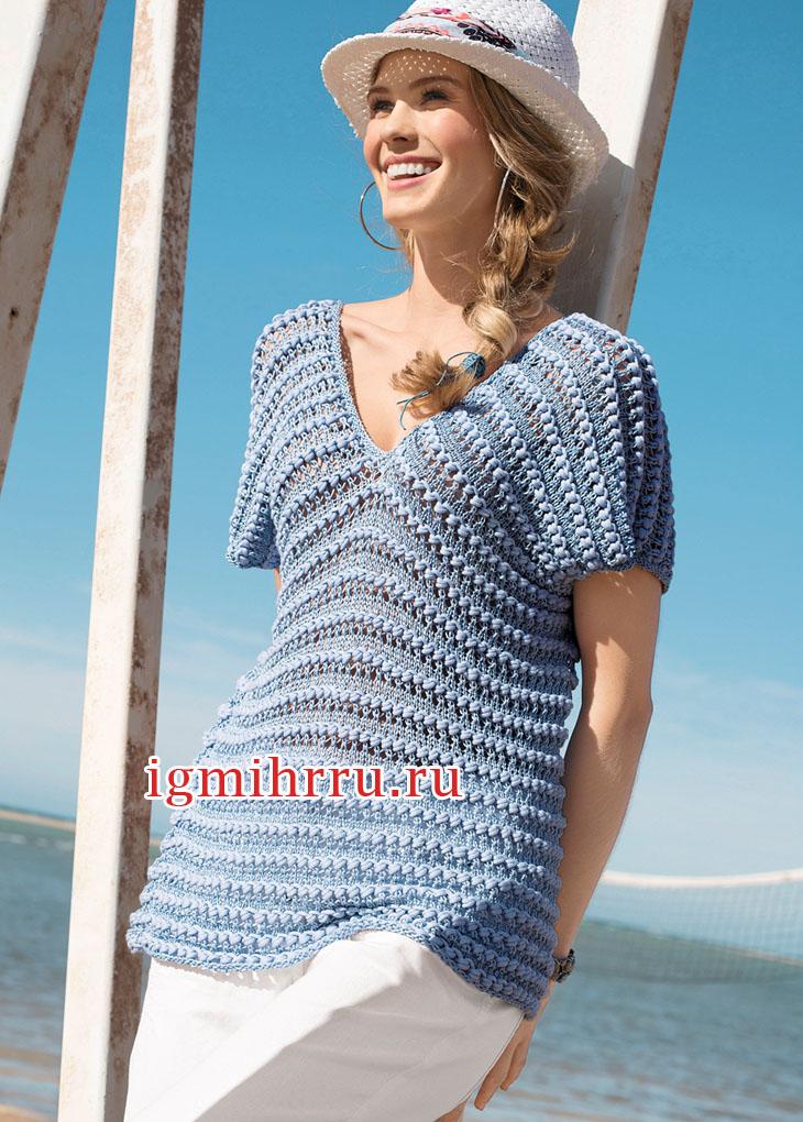Голубой свободный пуловер, связанный единым полотном. Вязание спицами