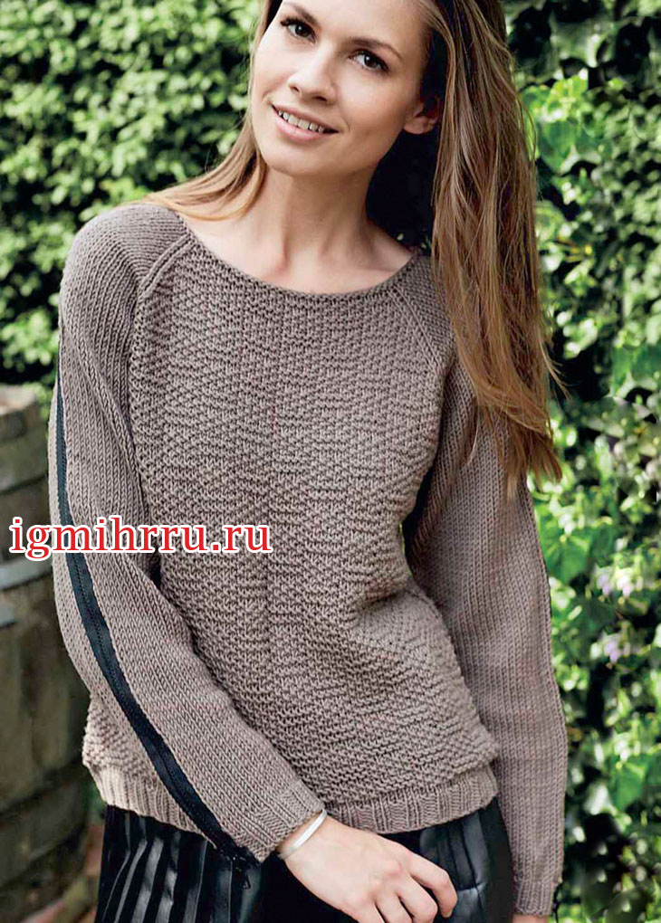 Коричневый пуловер-реглан с молниями на рукавах. Вязание спицами