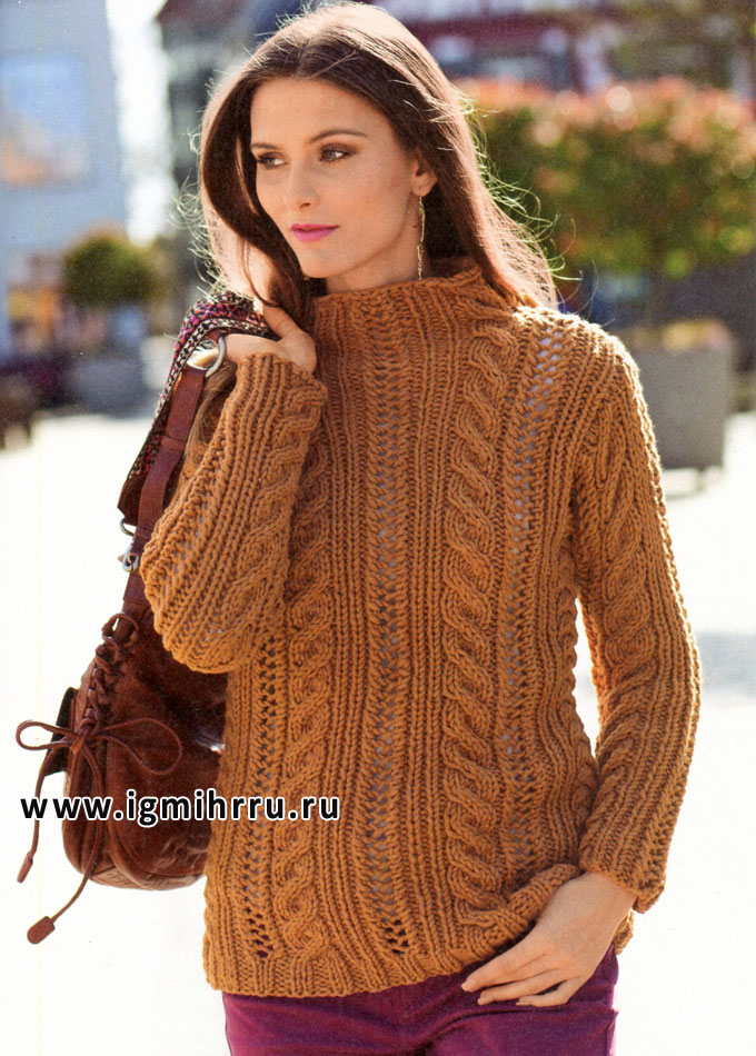 Свободный коричневый пуловер с косами и узором из дырочек. Спицы