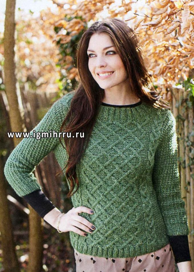 Зеленый пуловер с косами и решетчатым узором. Спицы