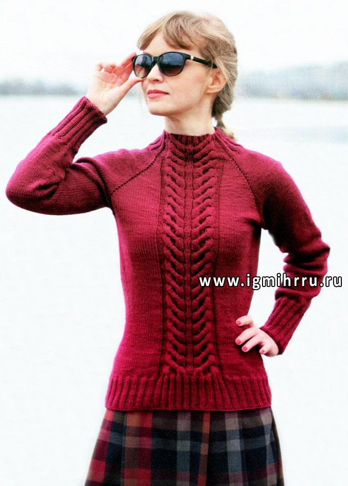 Бордовый пуловер-реглан с объемным узором из кос, связанный от горловины без швов. Спицы