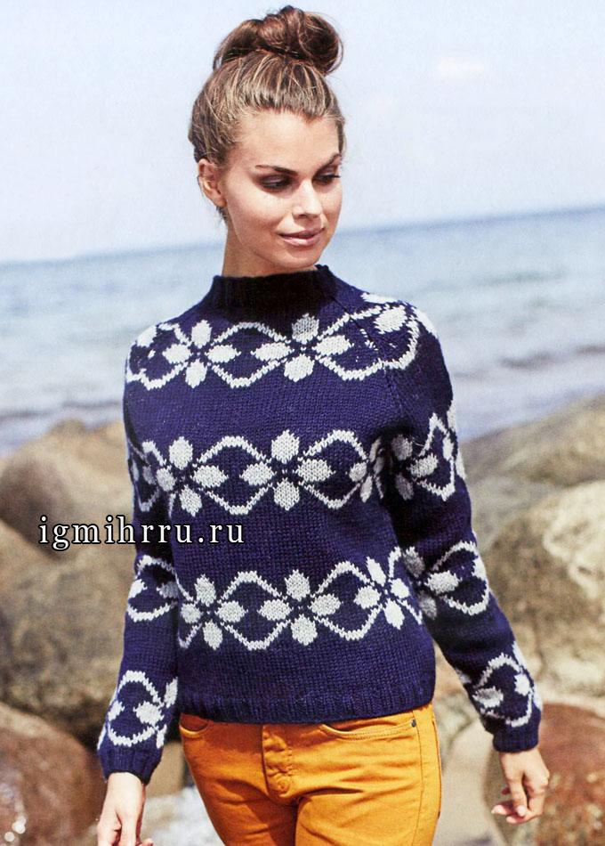Темно-синий пуловер с жаккардовыми полосами. Спицы