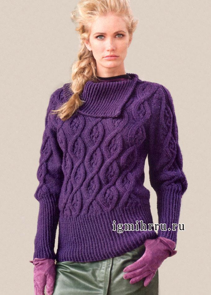 Теплый лиловый пуловер с асимметричным воротником и рельефными узорами. Спицы