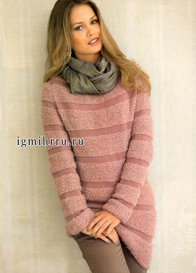 Пуловер цвета пудры с асимметричным нижним краем. Спицы