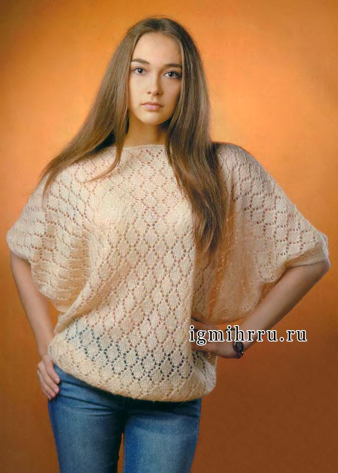 Широкий пуловер кремового цвета с ажурным узором. Спицы