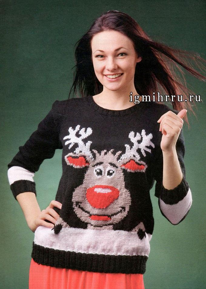 Яркий пуловер с рождественским принтом – веселым оленем Санты. Спицы
