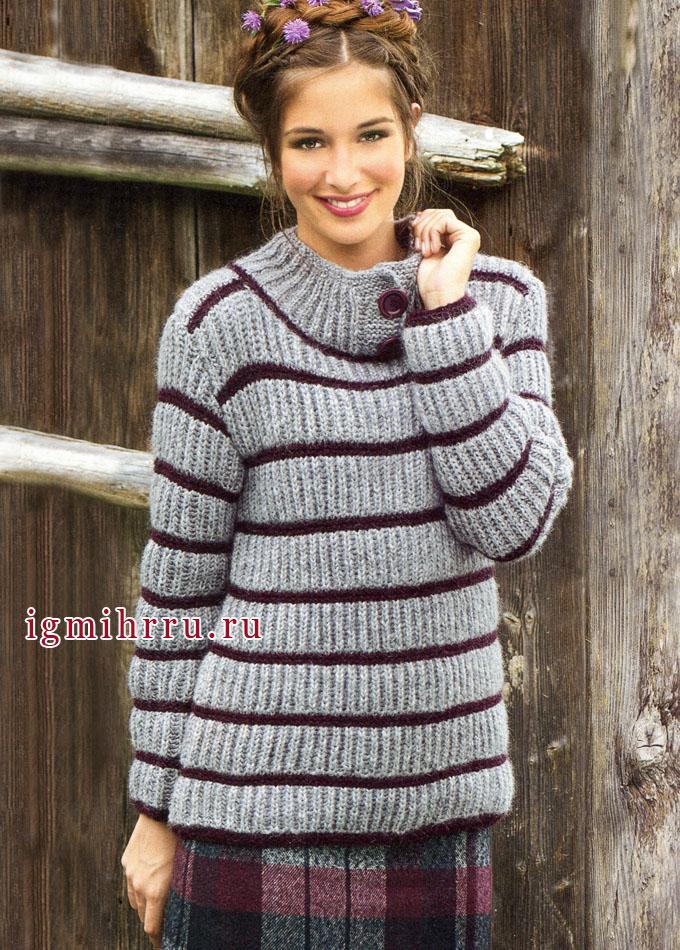 Серый пуловер с бордовыми полосками, связанный патентным узором из теплой шерсти альпака. Спицы