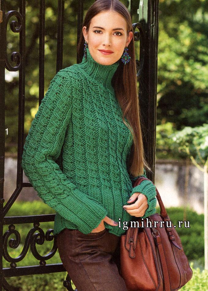 Эффектный зеленый пуловер в городском стиле, с узором из кос и высокими резинками. Спицы