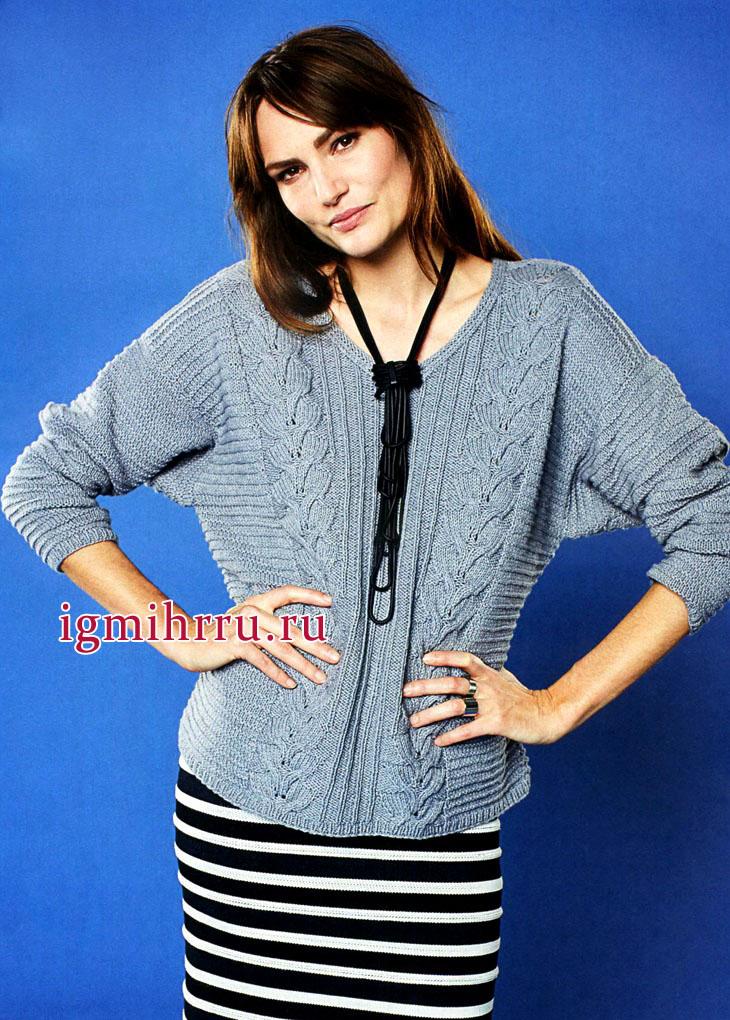 Светло-серый объемный пуловер с косами и рельефными узорами. Вязание спицами