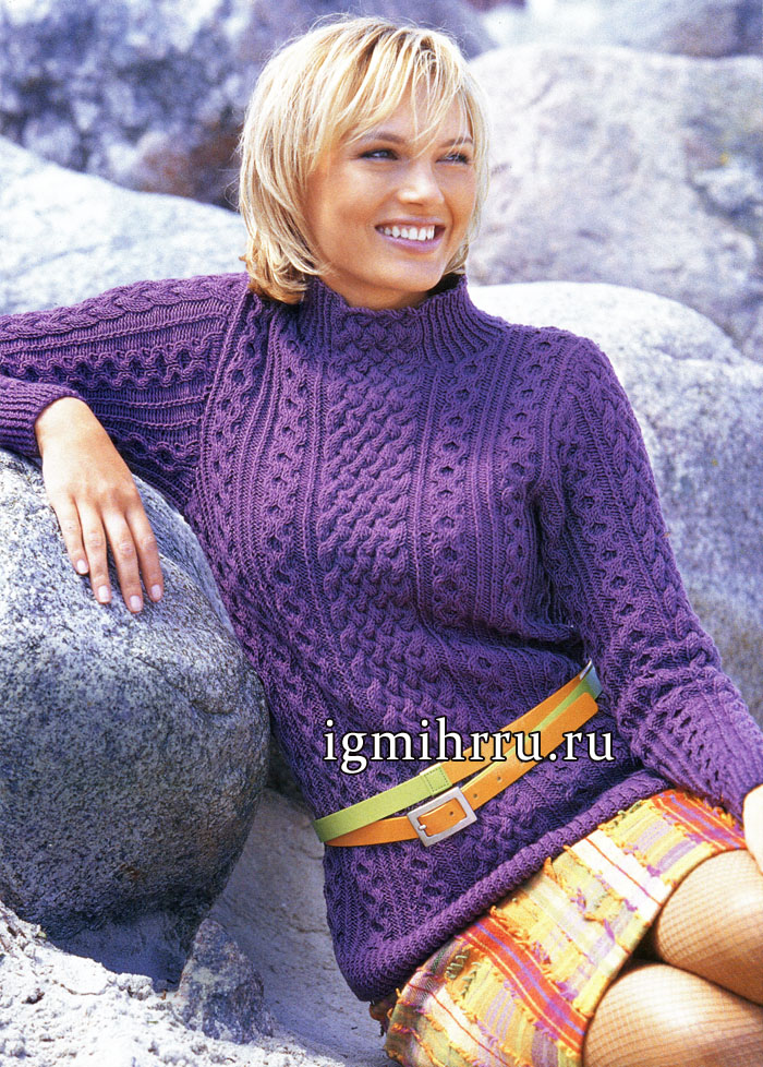 Теплый сиреневый пуловер с рельефными узорами. Вязание спицами