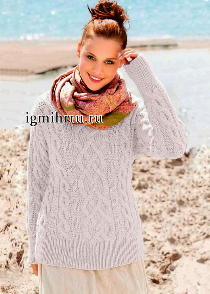 Теплый бледно-розовый пуловер из мягкой шерстяной пряжи с добавлением альпаки, с косами и рельефным узором. Вязание спицами