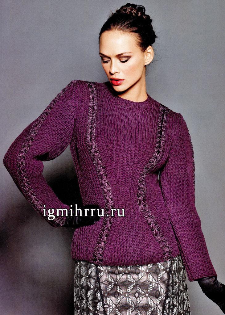 Стильный фиолетовый пуловер, зрительно стройнящий фигуру женщины. Вязание спицами
