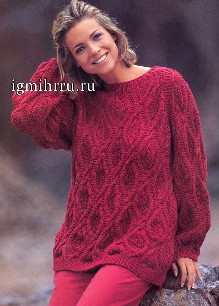 Малиновый пуловер с узорами из эффектных переплетений. Вязание спицами
