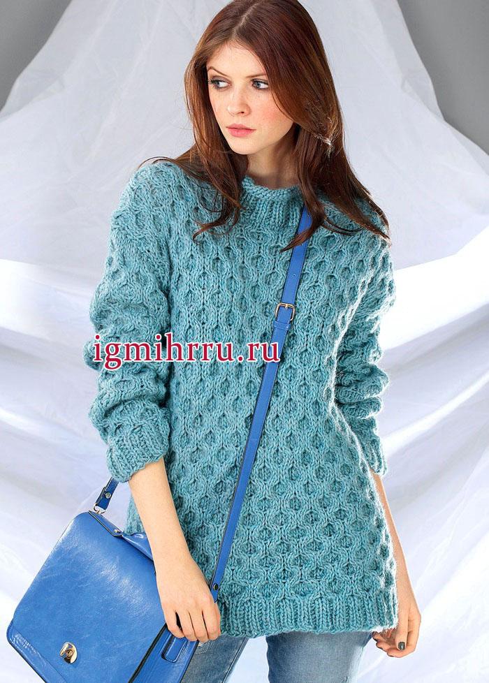 Уютный удлиненный пуловер голубого цвета с узором из сот. Вязание спицами