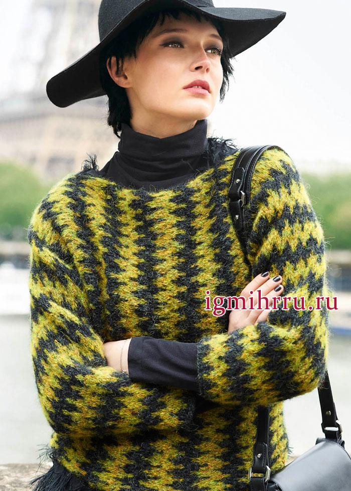 Связанный поперек, двухцветный теплый пуловер с зигзагами. Вязание спицами