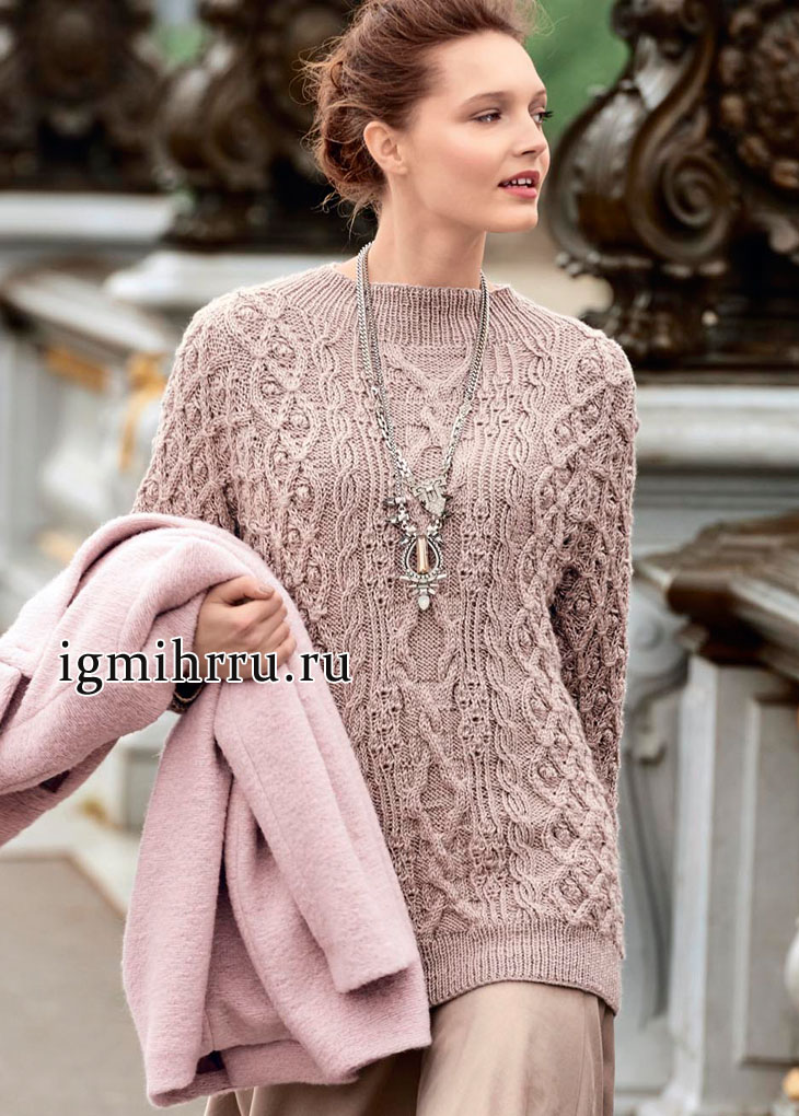 Пуловер песочного цвета с миксом узоров из кос и ромбов. Вязание спицами