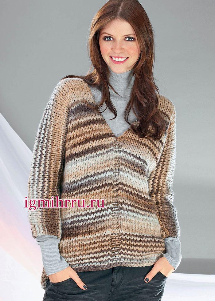 Бежево-коричневый пуловер из толстой пряжи, связанный единым полотном. Вязание спицами