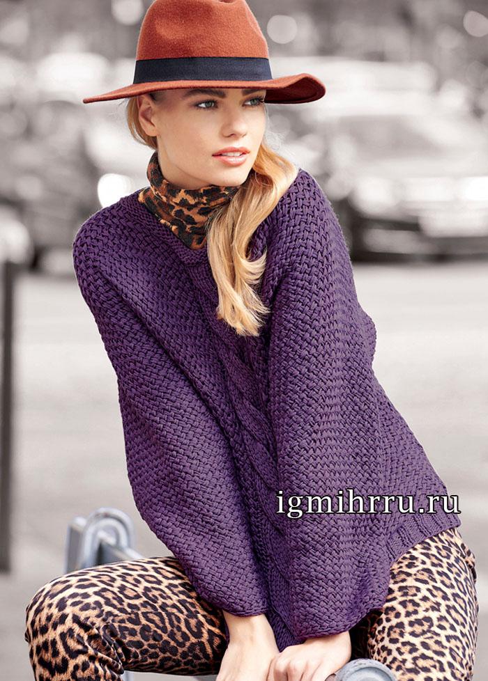 Лиловый пуловер с широкой центральной косой, обрамленной плетеным узором. Вязание спицами
